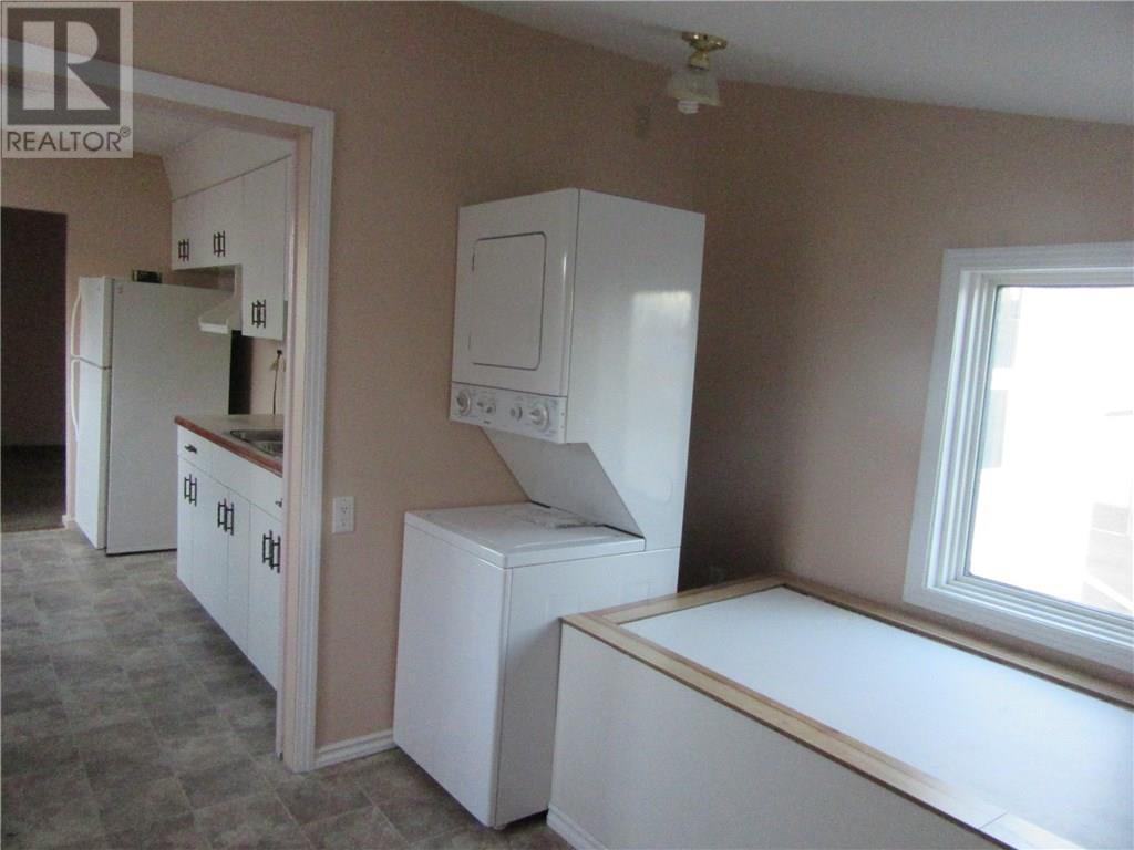 402 2nd Ave, Weyburn, Saskatchewan  S4H 3P4 - Photo 2 - SK713104