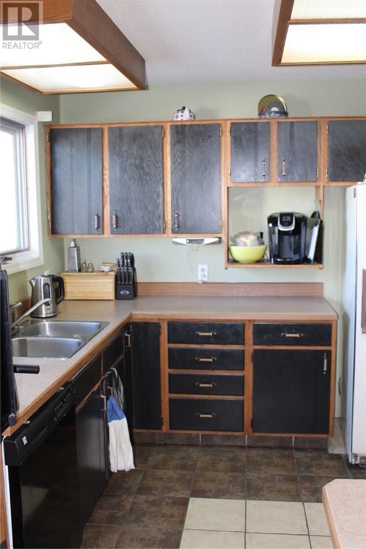 205 1st St E, Frontier, Saskatchewan  S0N 0W0 - Photo 8 - SK716600