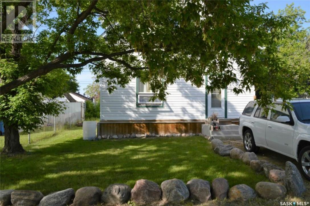 825 2nd St, Estevan, Saskatchewan  S4A 0L1 - Photo 1 - SK723919